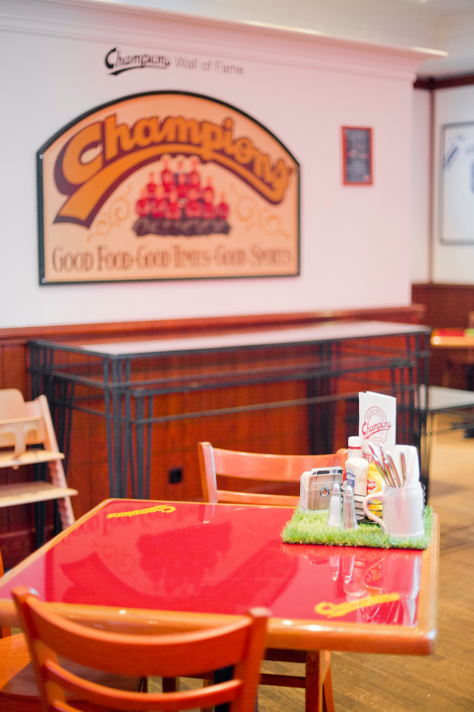 burger in munich champions sportsbar at mariott m nchen. Black Bedroom Furniture Sets. Home Design Ideas