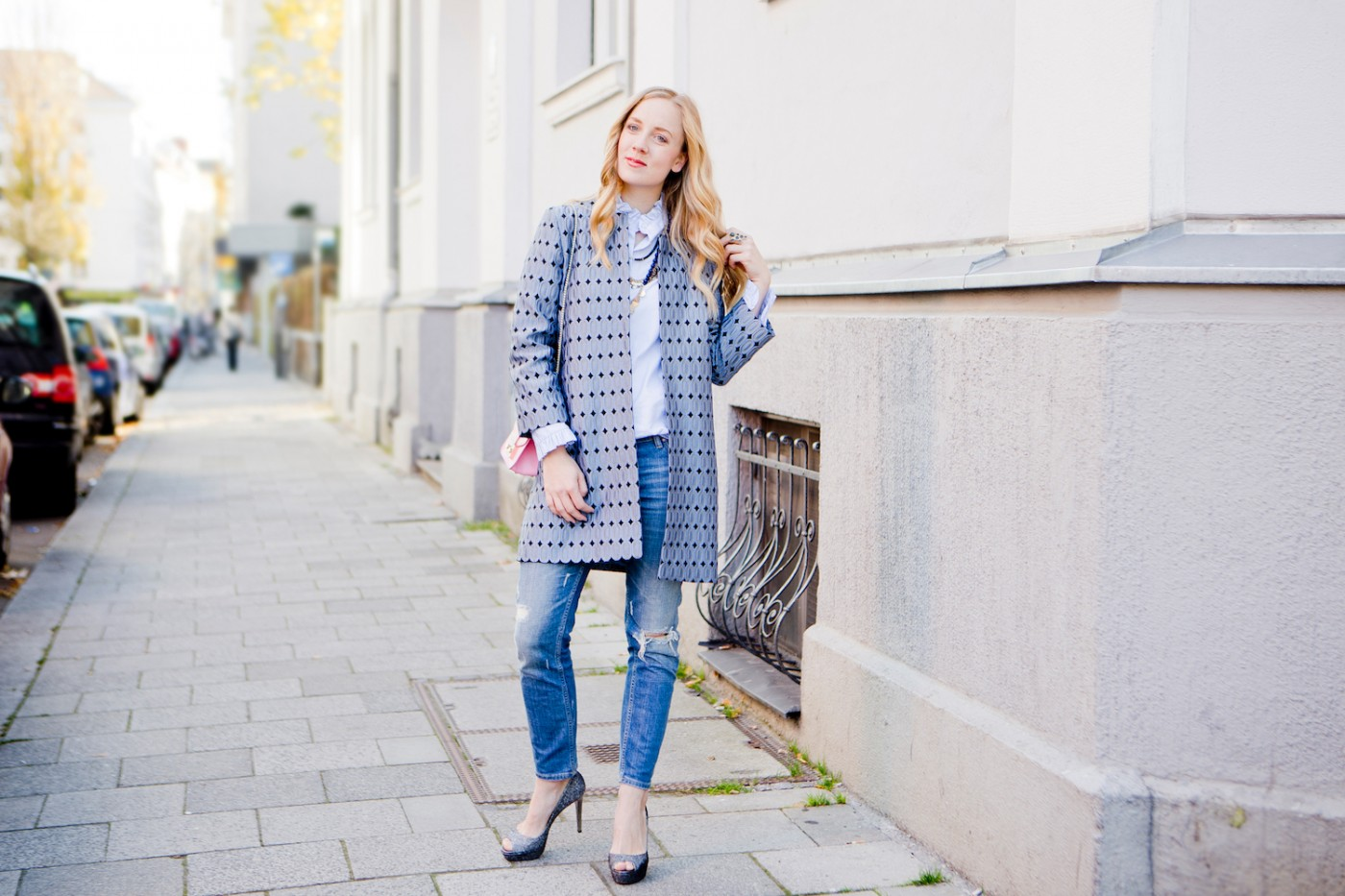elegant look with ripped jeans, eleganter Hallhuber Mantel,  Jimmy Choo pumps, Claudie Pierlot blouse, The Golden Bun | München Modeblog, German Fashion Blog, Fashionblogger, new trends