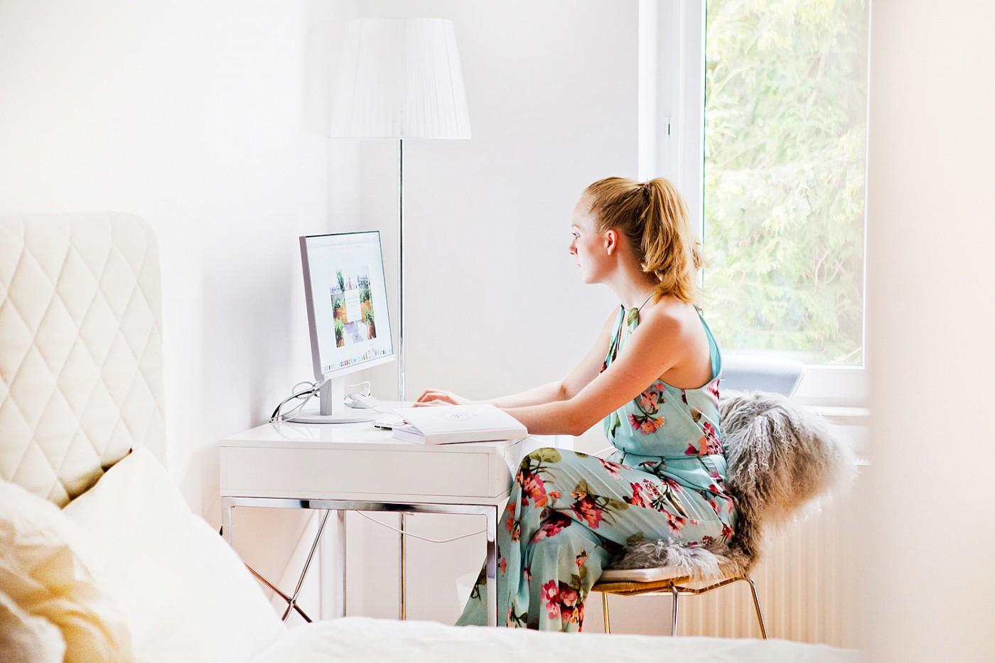 office inspiration _ westwing now schreibtisch _ eizo bildschirm _ fell über stuhl _ büro inspiration
