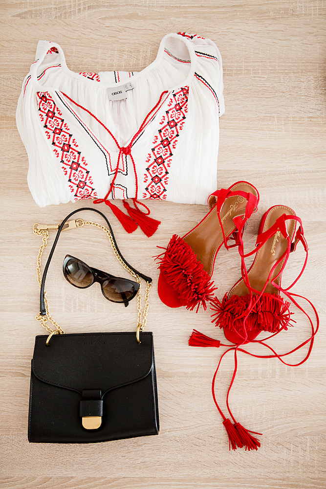 what to pack for Lissabon _ Studio Sweden Vasa Bla earphones _ One Teaspoon shorts _ red fringe sandals