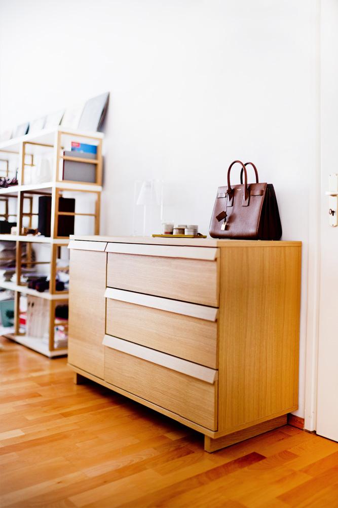 desenio poster dekorieren wohnzimmer, zebra poster, barcart styling, Kartell Light-Air, poster livingroom