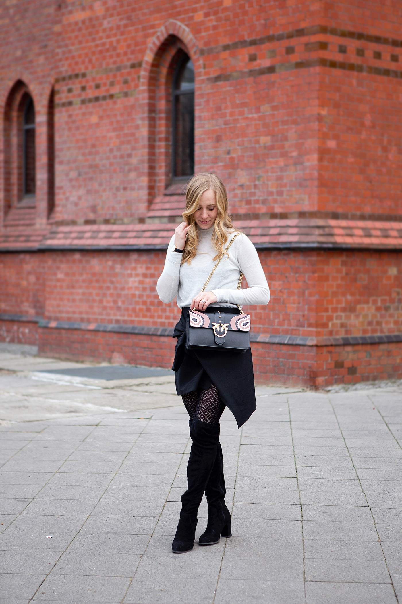 pinko bag, pinko love bag, trendy zara skirt, calzedonia tights, black suede leather overknees