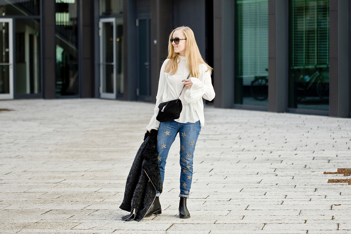 jeans mit sterne _ jeans with stars _ emu boots _ H&M blouse with bell sleeves _ yves saint laurent tasche