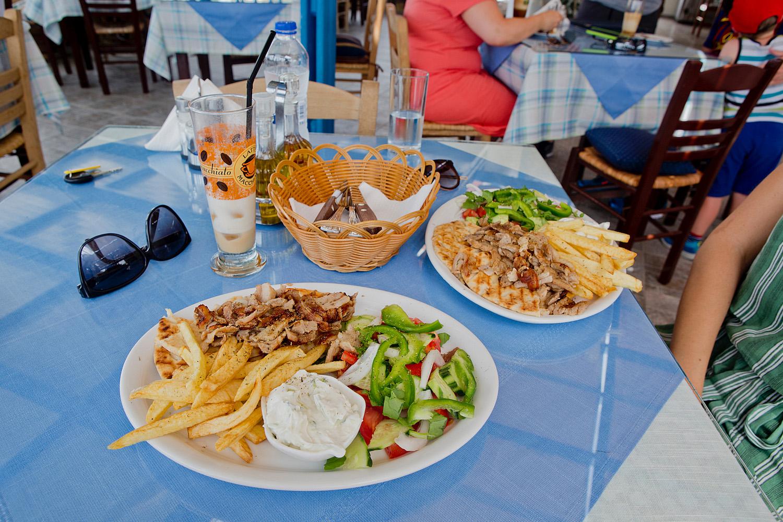 3 dolfins restaurant Lefkos |restaurants karpathos - eating on karpathos www.thegoldenbun.com