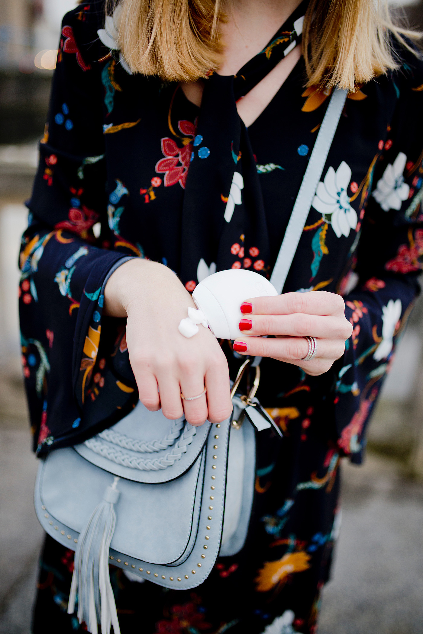 gepflegte hände im winter _ eos hand lotion vanilla orchid cherry blossom