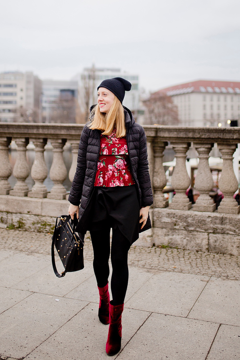 outfit samt stiefeletten rot winter look fashion blogger berlin münchen