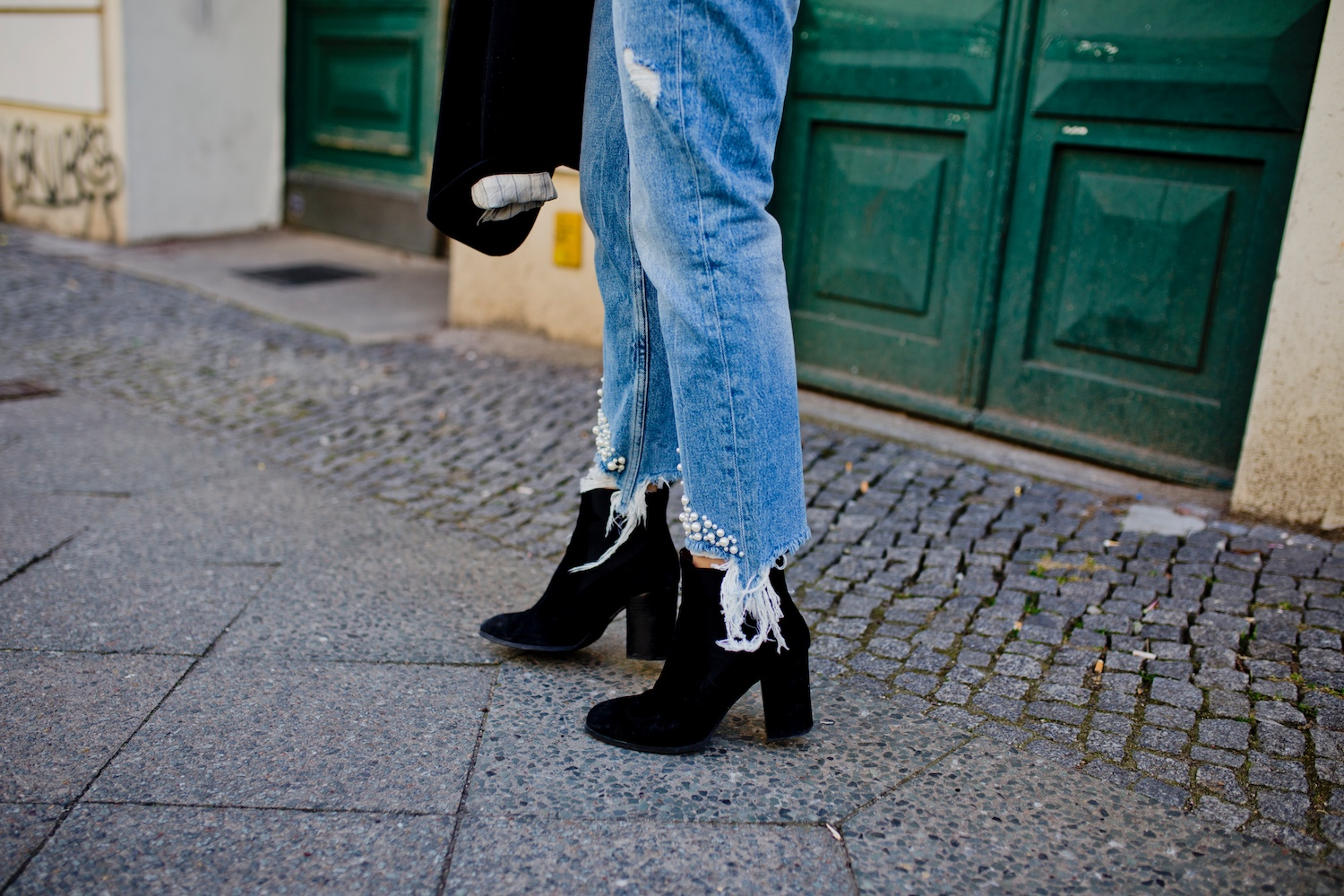mom jeans with pearls look with blazer boots in spring