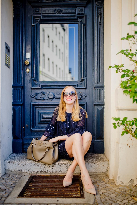 Chiffon Punktekleid _ spitze nudefarbene pumps _ hochzeitsgast inspiration