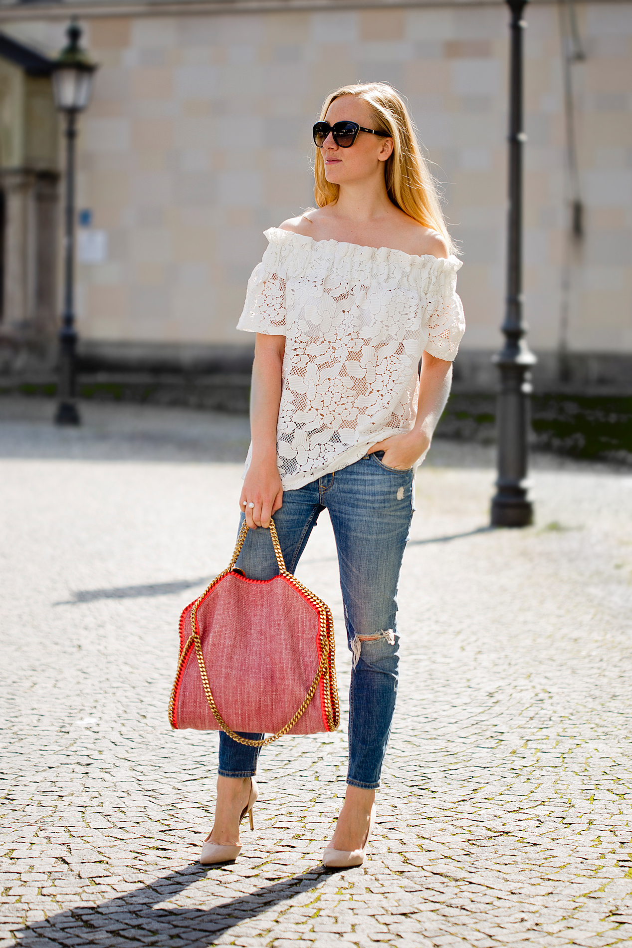 stella mccartney falabella tasche _ off shoulder top _ mom jeans _ nude pumps