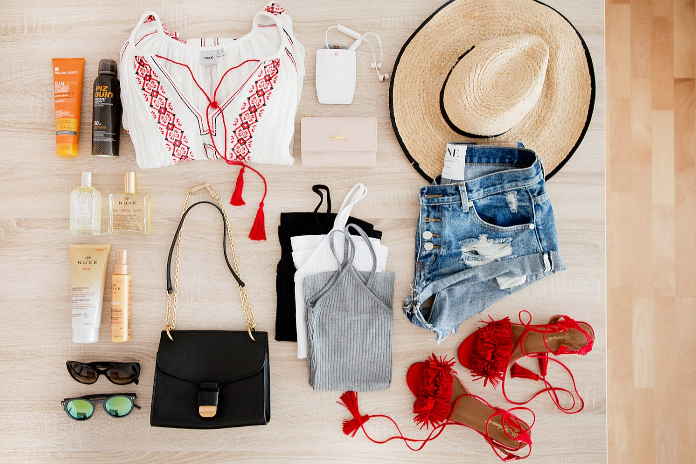 what to pack for Lissabon _ Sudio Sweden Vasa Bla earphones _ One Teaspoon shorts _ red fringe sandals