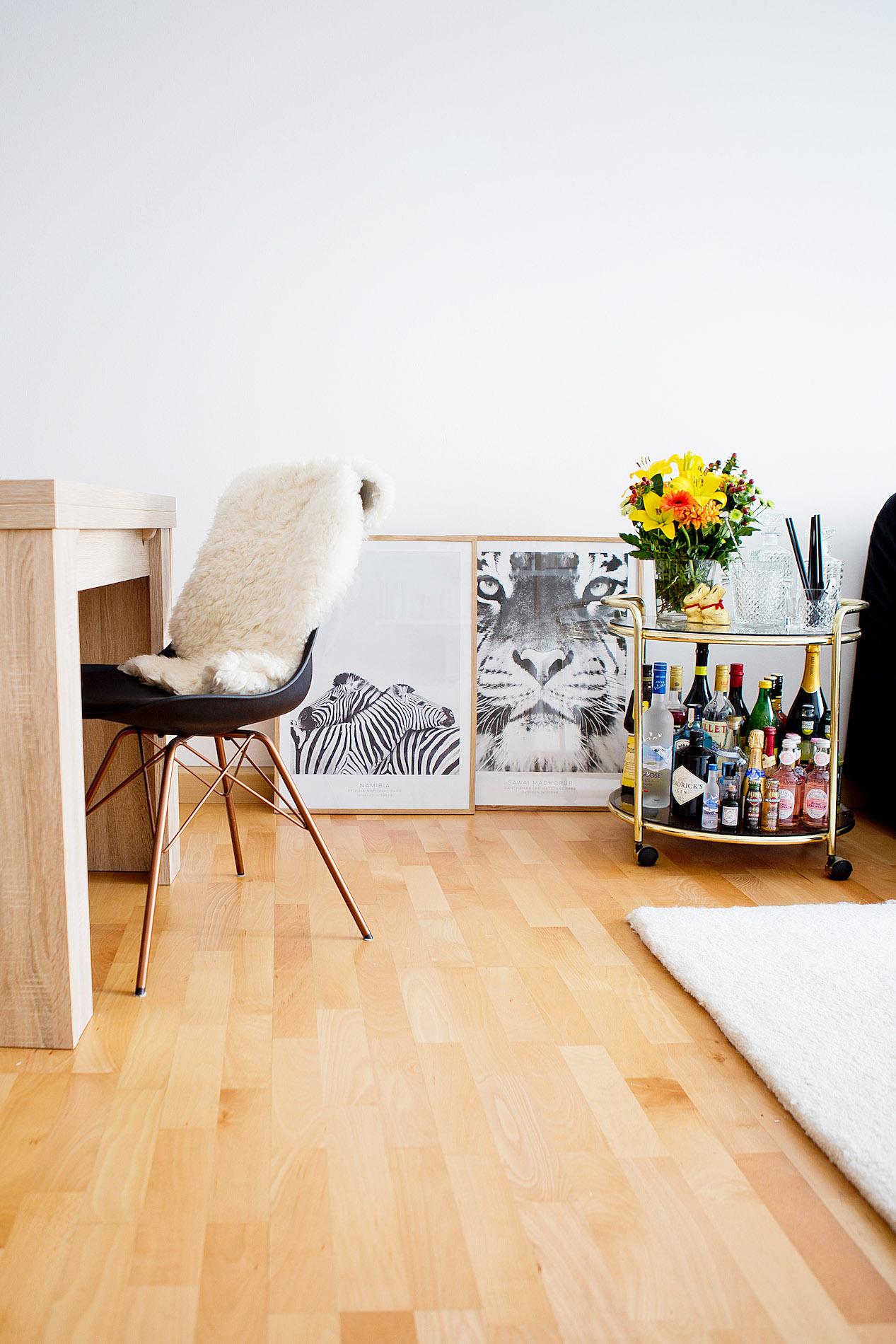 Desenio Poster Dekorieren Wohnzimmer, Zebra Poster, Barcart Styling,  Kartell Light Air,