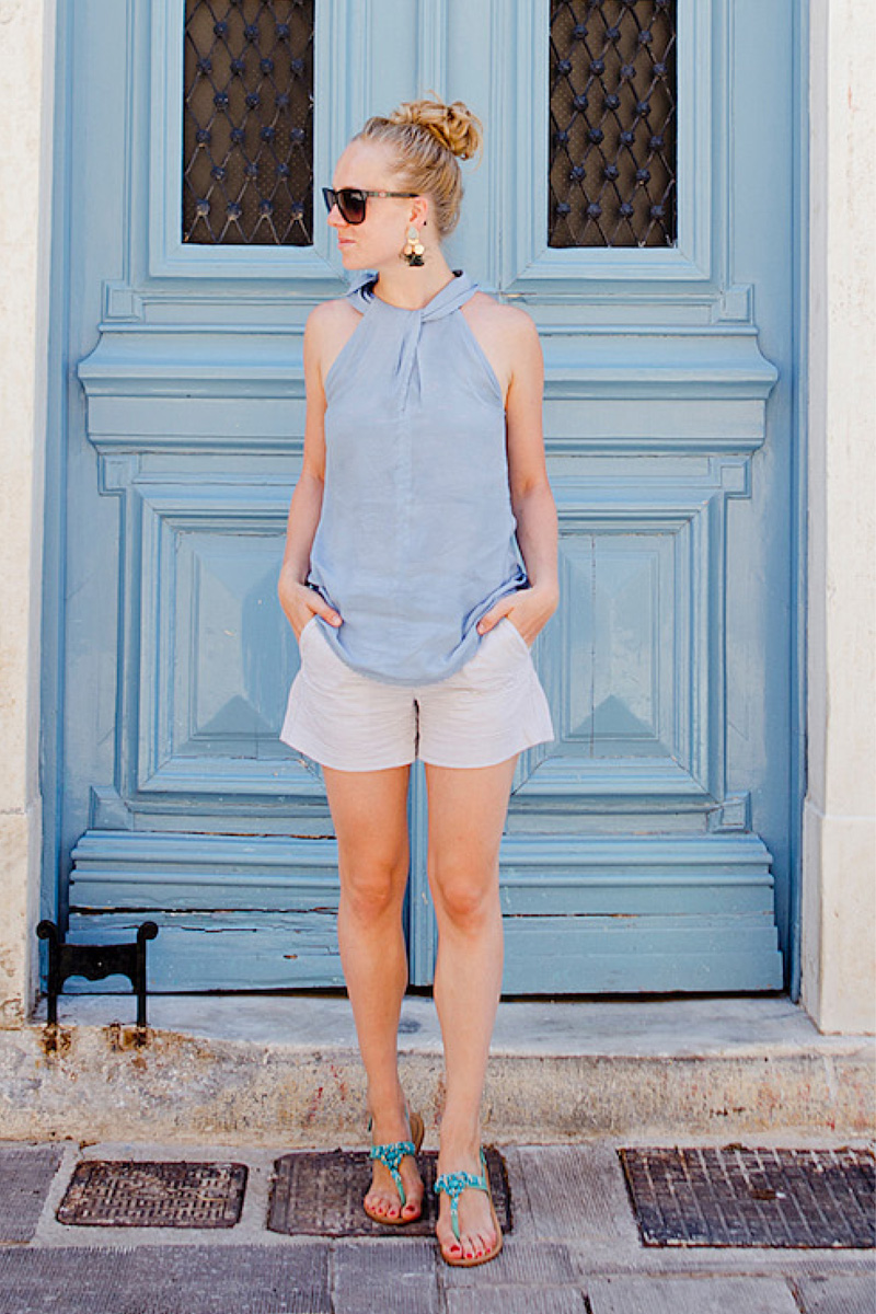 Easy summer look with shorts and blouse |www.thegoldenbun.com