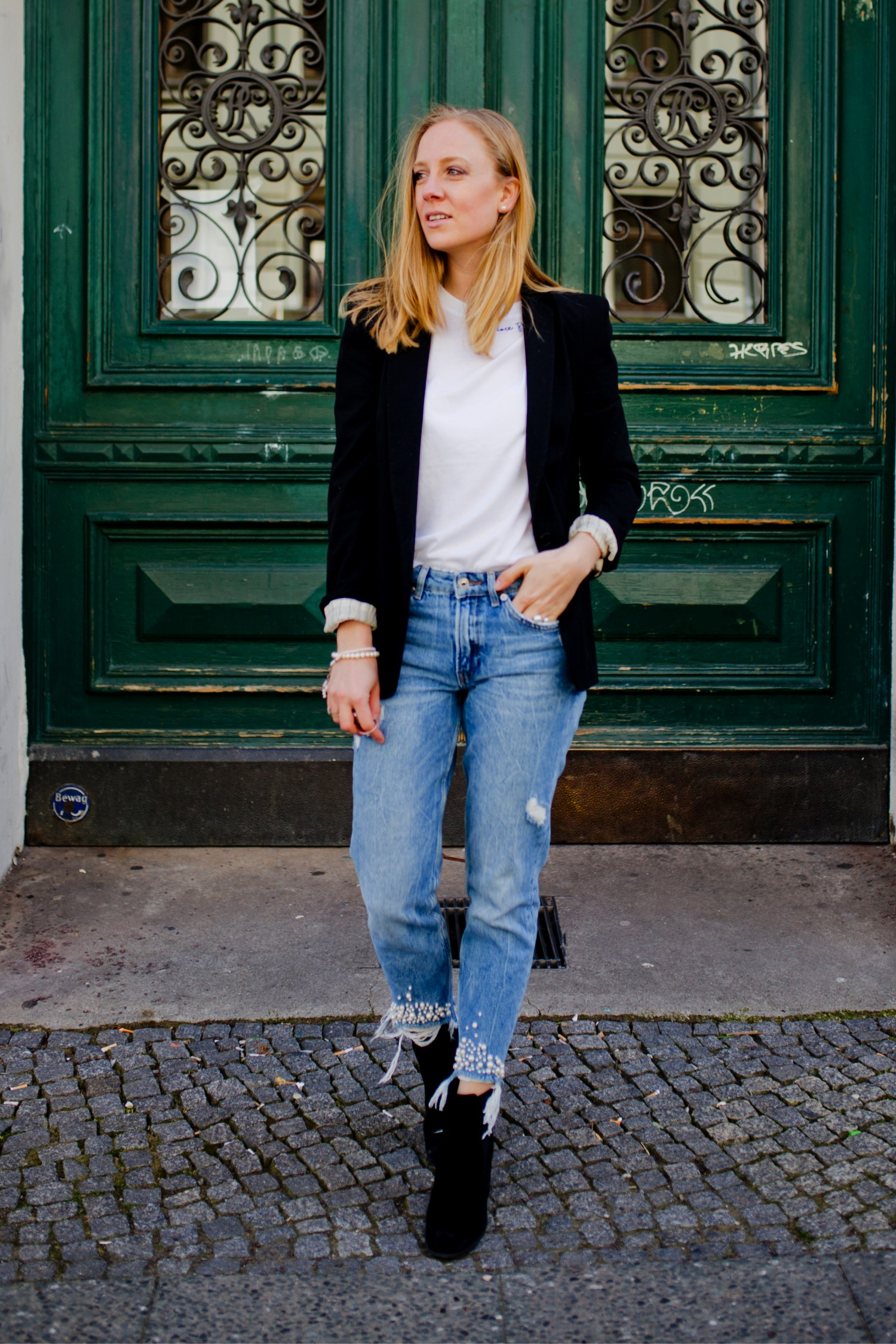 mom jeans with pearls look with blazer boots in spring,f