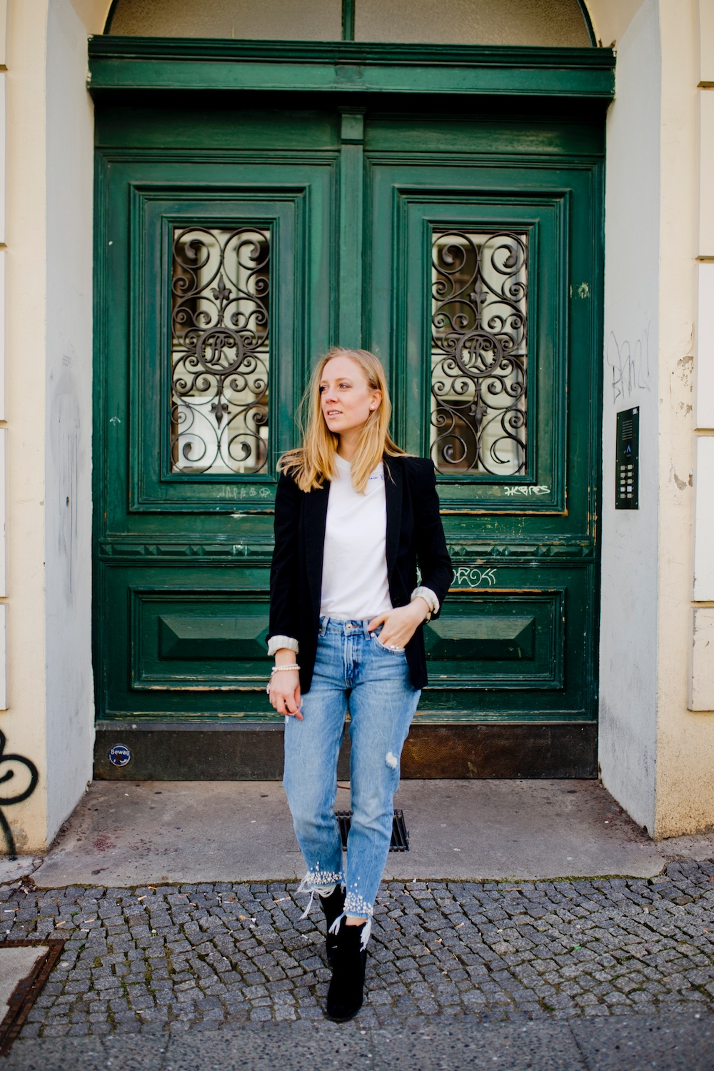 mom jeans with pearls look with blazer boots in spring5