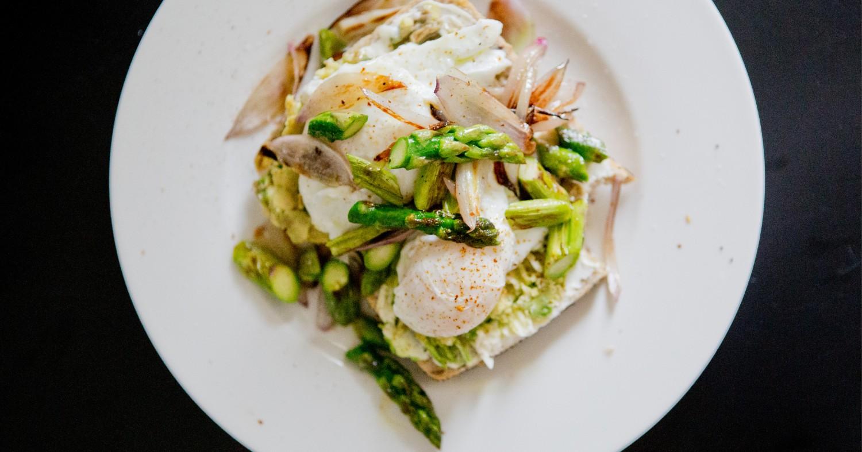 Schnelles Frühlingsfrühstück – Pochierte Eier auf Avocado mit grünem Spargel
