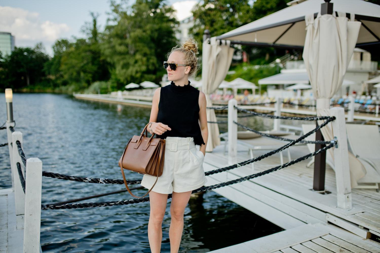 www.thegoldenbun.com | summer look white bermudas